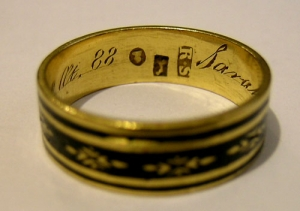 A George III gold mourning ring